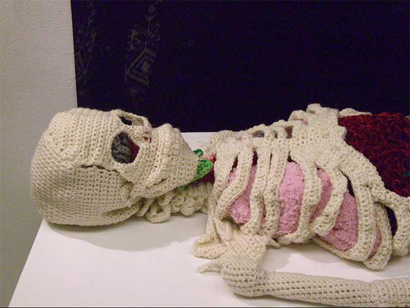 Artistas que exploran la anatomía humana con croché