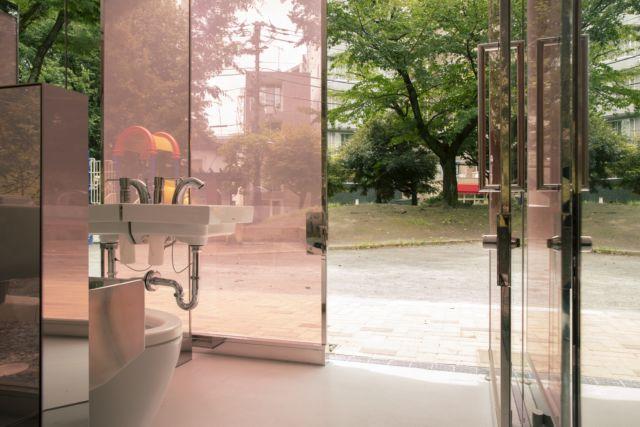 ¿Te imaginas yendo a un baño público transparente en medio de un parque en la ciudad de Tokio? Pues esto es una realidad gracias a The Tokyo Toilet