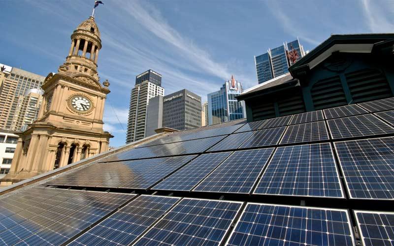 Desde julio de 2020, Sídney se convirtió en la primera ciudad que funciona con energía 100% renovable. La electricidad proviene de instalaciones de la empresa Flow Power que generan energía por medio de la radiación solar y el viento.