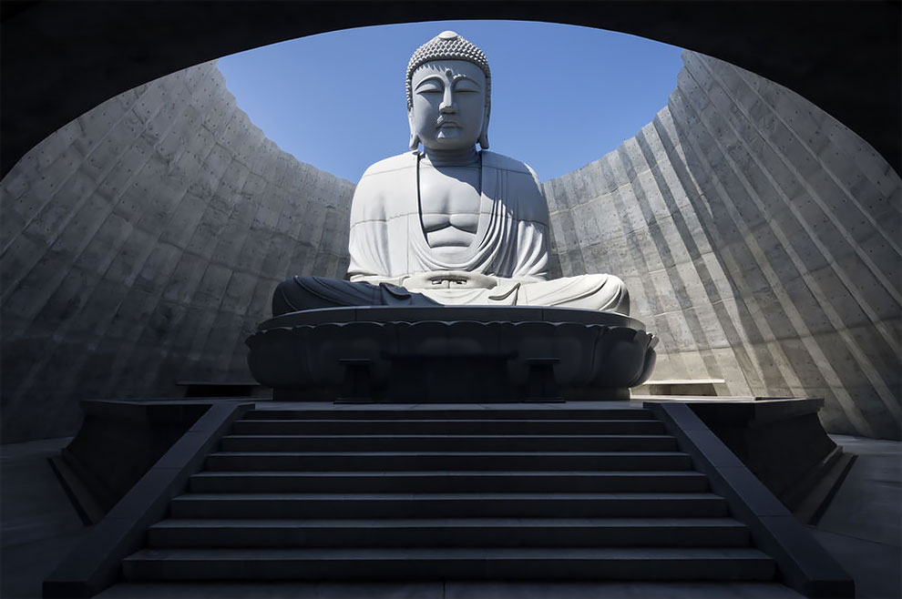 El arquitecto japonés Tadao Ando ocultó una enorme estatua de Buda dentro de una colina cubierta de lavanda en el cementerio Makomanai Takino en Sapporo.