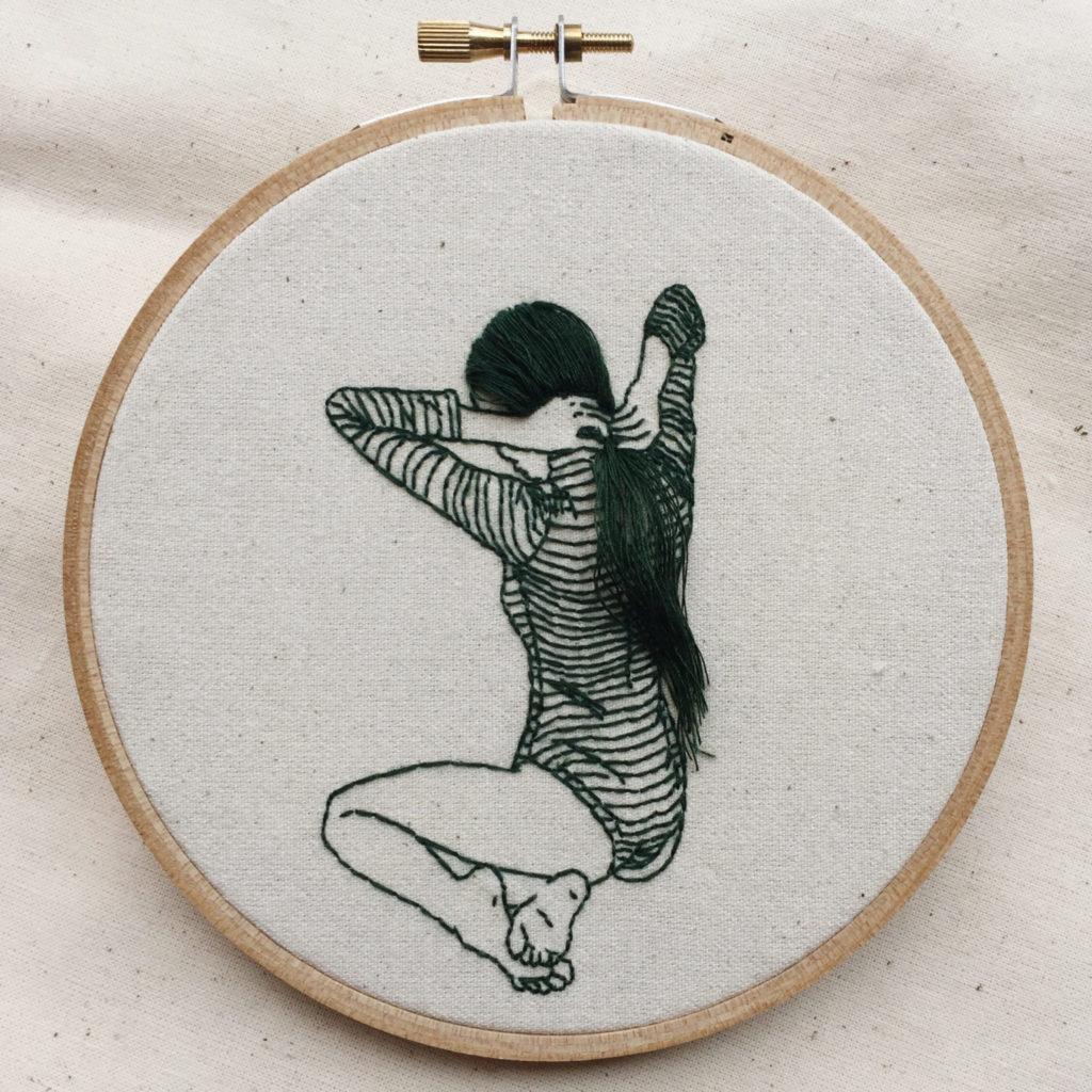 La artista y modelo Sheena Liam se encarga de realizar autorretratos tridimensionales con hilo de olor y aros de bordado. Estos bordados imitan gestos propios de su vida cotidiana que se centran sobre todo en el autocuidado.