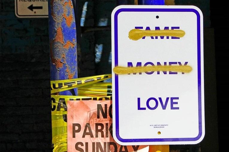 El estudio de diseño, Burn & Broad se adueñó de las calles de Nueva York con una instalación de arte público en forma de divertidas señales de tránsito.