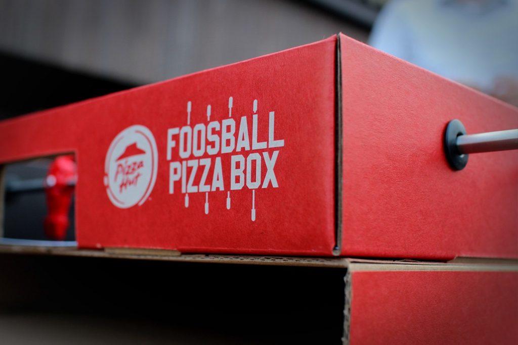 La cadena estadounidense Pizza Hut, se asoció con la agencia de publicidad Ogilvy para crear una caja de pizza innovadora que tiene una mesa de futbolito encima.