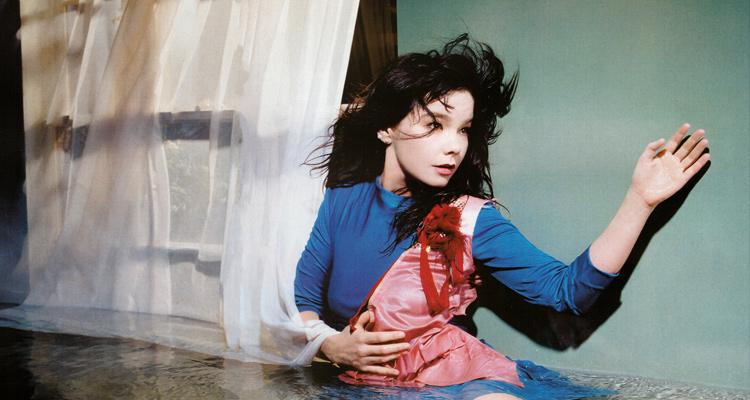 Bjork es una de las artistas más influyentes de inicios de los 2000s; su trabajo no solo se limita a la escena musical, sino también a experiencias visuales únicas y apariciones en películas.